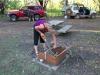 Muddi sägt Holz fürs Lagerfeuer