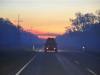 Waldbrände bei Sonnenuntergang auf dem Weg nach Darwin