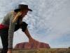 Tinka besteigt den Uluru